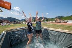 Mitglieder der Pfadi Reiden probieren ihren selbstgebastelten Pool aus. (Bild: Eveline Beerkircher (Escholzmatt, 19. Juli 2018))