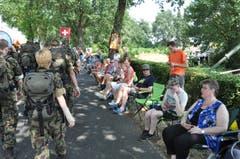 Die Schweizer Delegation auf ihrem Weg durch Nijmegen. (Bild: Peter Soland)
