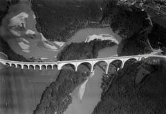 Walter Mittelholzer dokumentierte bei seinen Inlandflügen auch städtische Infrastruktur. Diese Strassenbrücke in Pérolles, Fribourg, wurde 1926 aufgenommen.
