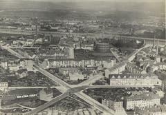 Zum Geschäftsmodell von Mittelholzer gehörte auch das Fotografieren von Gewerbebetrieben. Hier das Gaswerk Basel in St. Johann. Seine Industriebilder dokumentieren den strukturellen Wandel in der Schweiz.