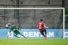 Nico Siegrist trifft per Penalty zum 1:0 (Bild: Jean-Christophe Bott / Keystone)