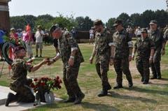 Am Schluss der Kranzniederlegung erhält jede Soldatin und jeder Soldat eine Rose, welche jede und jeder ganz alleine zu einem der 2300 Gräber tragen und ablegen. (Bild: Peter Soland)