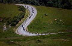 Kurvig: Das Feld rollt den Pass «La Madeleine» hinunter (Bild: Peter Dejong / AP (Bourg-Saint-Maurice Les Arcsm 19. Juli 2018))
