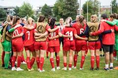 Unmittelbar nach dem Spiel treten die Spielerinnen zusammen und besprechen die Lage. Bild: Urs Flüeler / Keystone (Zug, 21. Juli 2018)