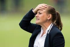 Verwirft die Hände: Trainerin Nora Häuptle. Bild: Urs Flüeler / Keystone (Zug, 21. Juli 2018)