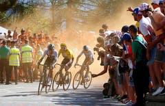 Begeisterung: Die Fans feuern die Sky-Fahrer Egan Arley Bernal Gomez (vorne), Leader Geraint Thomas und Chris Froome (hinten) in der Königsetappe an. Bild: Peter Dejong/AP (Alpe d'Huez, 19. Juli 2018)