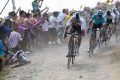 Gefährlich: Der Pole Michal Kwiatkowski (links) stürzt (Bild: Stephane Mantey / AP (Roubaix, 15. Juli 2018))