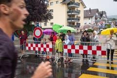Kurz vor dem Ziel werden alle nochmals kräftig angefeuert (Bild: Christian H. Hildebrand (Oberägeri, 20. Juli 2018))