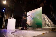 Kunst entsteht live: Das Brüderpaar One Truth bei der Arbeit im Pavillon am Luzerner Seebecken. Bild: Manuela Jans-Koch (20. Juli 2018)