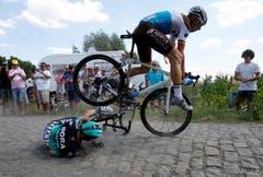 Kunststück: Oliver Naesen überspringt Rafal Majka.Bild: Ludbrook/EPA (Roubaix, 15. Juli)