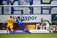 Gaetan Karlen von Neuchâtel Xamax (links) erzielt das 1:0. Yannick Schmid (Mitte) und Mirko Salvi bleibt das Nachsehen. Bild: Philipp Schmidli (Luzern, 21. Juli 2018)