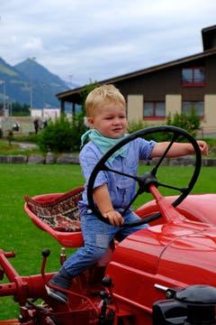 Die Oldtimer-Landmaschinenausstellung in Kerns war ein Treffpunkt für kleine und grosse Traktorenfans. Der zweijährige Kevin von Atzigen schlägt sich schon ganz tapfer..... (Bilder: Richard Greuter (Kerns, 21. Juli 2018))