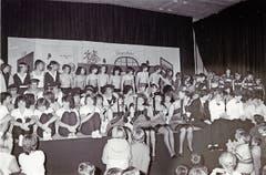 Schlussbild der Turnerunterhaltung vom 13. November 1985 in der Turnhalle Grof.