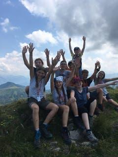 Die Kinder der Pfadi Schirmenturm Luzern freuen sich über die geschaffte Wanderung. (Lagerbild: Marc Heggli, Feuerstein 21. Juli 2018)