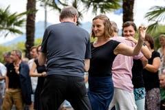 Ein Paar tanzt am Blue Balls Festival 2018. Bild: Philipp Schmidli (Luzern, 22. Juli 2018)