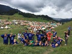 Posieren auf dem Hügel neben dem Kantonslager in Escholzmatt: die Wölfli der Pfadi Seppel Luzern. (Lagerbild: Jodok Humm, Escholzmatt 22. Juli 2018)