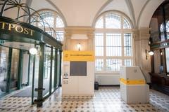 Ein Automat nimmt Pakete entgegen. Bild: Urs Flüeler / Keystone (Luzern, 23. Juli 2018)