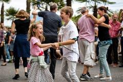 Zwei Kinder tanzen am Blue Balls Festival 2018. Bild: Philipp Schmidli (Luzern, 22. Juli 2018)