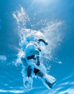 Teil 1: So sieht ein Sprung von unten aus: Unterwasseraufnahmen in der Badi Wittenbach. (Bild: Michel Canonica/Benjamin Manser)
