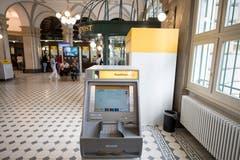 Ein Geldautomat im neuen Innenbereich. Bild: Urs Flüeler / Keystone (Luzern, 23. Juli 2018)