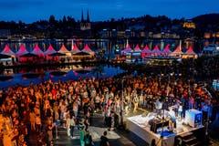 Unter dem KKL versammeln sich die Konzertbesucher. Bild: Philipp Schmidli (Luzern, 22. Juli 2018)
