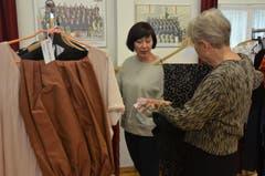 Eva-Maria Blaas bespricht das Kostüm mit einer Chorsängerin.