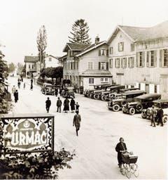 Das Hotel Bahnhof mit grossem Saalanbau (Teilansicht) mit «belebter» Bahnhofstrasse im Jahre 1928, im Hintergrund Bahnübergang und Restaurant Arlberg.