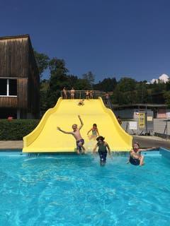 Abkühlung nach der Wanderung: Die Kinder der Pfady Zytturm Adligenswil. (Lagerbild: Flomi, Langnau 24. Juli 2018)