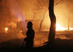 Ein Feuerwehrmann. (Bild: AP Photo/Thanassis Stavrakis (23. Juli 2018))