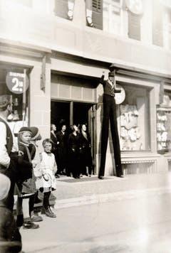 Verkaufsattraktion mit «Riesenmann» beim damaligen Kaufhaus Modern.