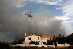 Ein Helikopter ist in Penteli unterwegs. (Bild: EPA/ Alexandros Vlachos (23. Juli 2018))