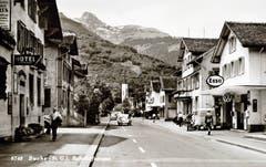 Unterer Teil der Bahnhofstrasse um 1950 mit Teil des Hotels Bären (links und Garage Kuhn (rechts).