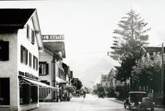 Die Bahnhofstrasse 1932 mit der Möbelschreinerei Ködderitzsch und dem Hotel Rätia.