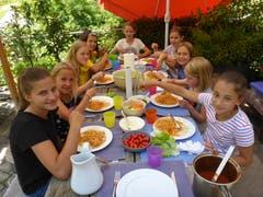 Noch gab es keinen Zwischenfall mit dem Essen im Reitferiencamp mit Maultieren... (Lagerbild: Neeltje van den Ham Bölsterli, Willisau 25. Juli 2018)
