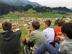 Zmorge mit Aussicht: Die Knaben der Pfadi Zytturm Adligenswil auf dem Hügel neben dem Kantonslager in Escholzmatt. (Lagerbild: Nicolas von Dach, 26. Juli 2018)