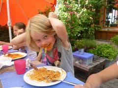 Schnell die Haare zusammenbinden - und en Guete! Mittagessen im Reitferiencamp mit Maultieren. (Lagerbild: Neeltje van den Ham Bölsterli, Willisau 25. Juli 2018)