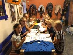 Bemalen ihr Lager-T-Shirt: Mädchen des Reitlagers Hanny-Fee. (Lagerbild: Hanny Odermatt, Lifelen 26. Juli 2018)