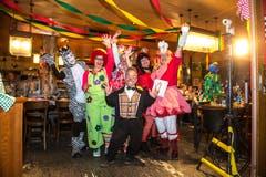 Frauenfasnacht unter dem Motto «Zirkus»: Knie-Clown Spidi heisst die eintreffenden Damen willkommen. (Bild: Dominik Wunderli (Obernau, 14. Februar 2017))