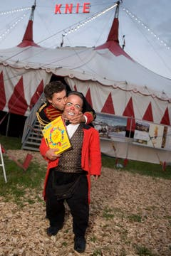 Sven Furrer vom Comedy-Duo Edelmais, links, posiert mit Spidi, rechts, vor dem Zirkus Knie. (Bild: Georgios Kefalas/Keystone (Zofingen, 6. Juli 2011))