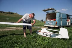 Vereinspräsident Pascal Meyer bereitet seinen Segelflieger für den Flug vor. (Bild: Manuela Jans-Koch, Hüswil, 19. Juli 2018)