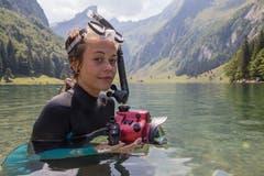 Die St.Galler Fotografin Claudia Schildknecht geht mit der Kamera im Seealpsee tauchen. (Bild: Raphael Rohner)