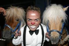 Knie-Clown Spidi zwischen zwei Ponys.