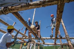 Vorsicht ist geboten! Bei Arbeiten in solch luftigen Höhen sind Helme Pflicht! (Bild: Pius Amrein. Escholzmatt, 27. Juli 2018)