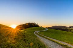 Sonnenaufgang über dem Chapfweg. (Bild: Christian Wild)