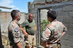Austausch mit der Bevölkerung: Martin Burch (links) Gespräch mit einem Einwohner in der Ortschaft Kjevo. (Bild: PD)