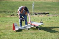 Alfons Birbaumer überprüft seinen Flieger nach der Landung. (Bild: Manuela Jans-Koch, Hüswil, 19. Juli 2018)