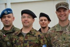 """Martin Burch (2.v.l.) und sein Fahrer (im Hintergrund), sind die einzigen Schweizer im Camp """"Villaggio Italia"""". Für die Zusammenarbeit mit den internationalen Kameraden sind gute Englischkenntnisse Pflicht. (Bild: PD)"""