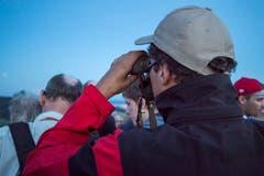 Auf dem Stählibuckturm oberhalb Frauenfeld bewundern Besucher die Blutmond-Finsternis. (Bild: Reto Martin)