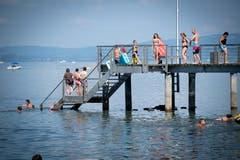 Statt am Fuss der Treppe los zu schwimmen, stehen die Badenden im Wasser. (Bild: Ralph Ribi)