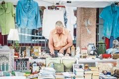 Margrit Eberhart hält gut erhaltene Gegenstände an ihrem Stand bereit. (Bild: Andrea Stalder)